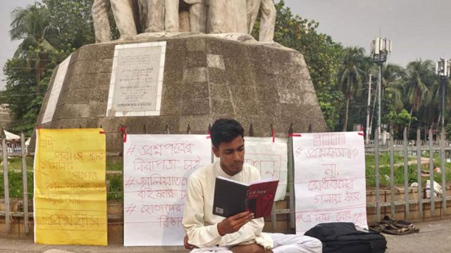 Hossen continues lone protest for DU admission test retake